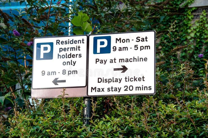 Muestra de las restricciones del estacionamiento fotografía de archivo