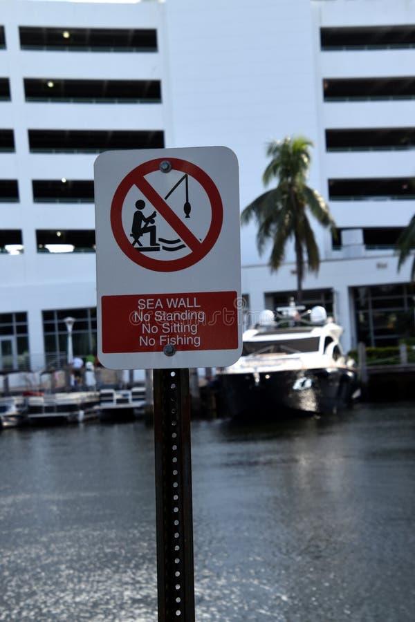 Muestra de las restricciones de la pared de mar rojo y blanco foto de archivo