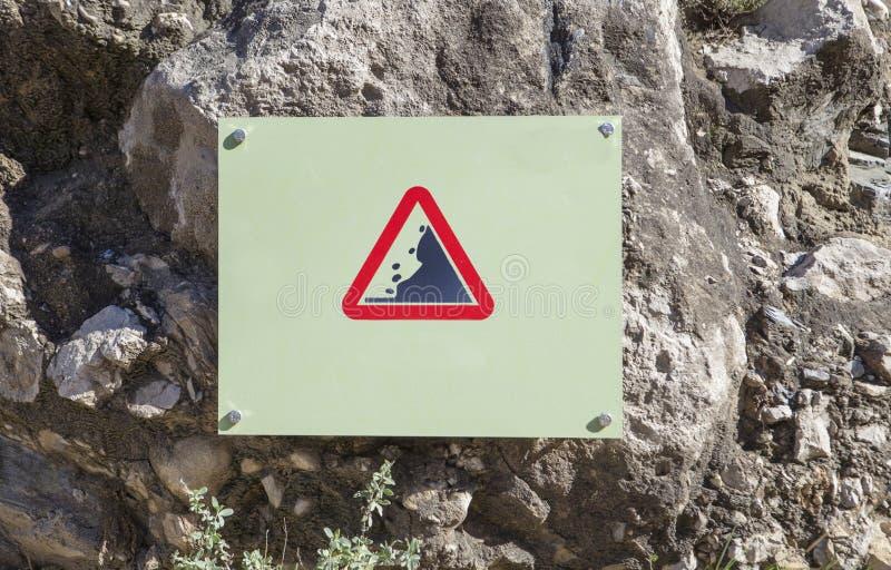 Muestra de las rocas de la precaución del derrumbamiento que cae atada a la roca imagen de archivo