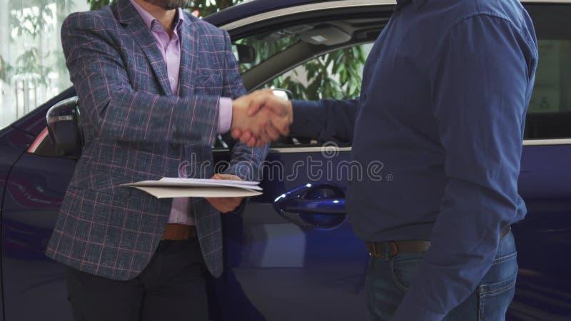 Muestra de los hombres el acuerdo de confirmar oficialmente la transacción foto de archivo