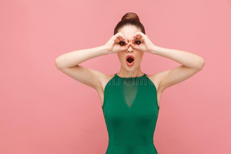 Muestra de los prismáticos Mujer que mira lejano lejano imagenes de archivo