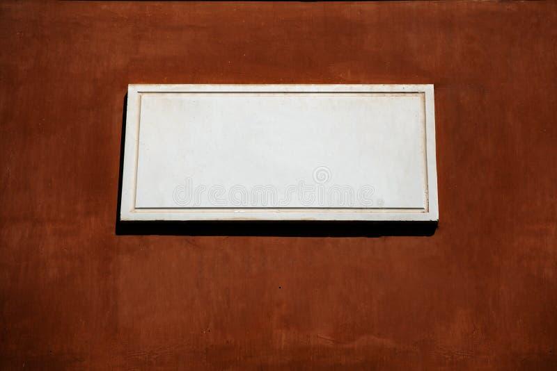 Muestra de mármol vacía en fondo sucio de la pared del marrón oscuro fotos de archivo