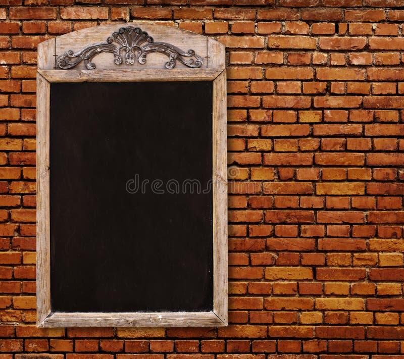 Muestra de madera con el tablero negro en blanco del menú fotos de archivo