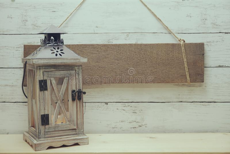 Muestra de madera r?stica del espacio en blanco que cuelga con la linterna de madera para adornar el fondo del verano fotografía de archivo libre de regalías
