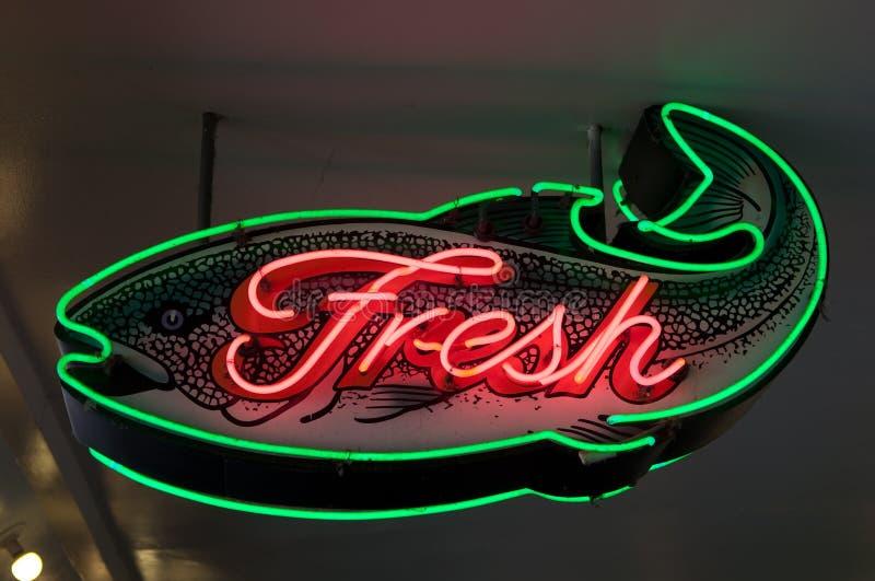 Muestra de neón de los pescados frescos imagen de archivo