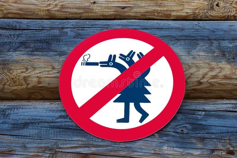 Muestra de no fumadores en la pared de madera imágenes de archivo libres de regalías