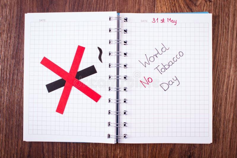 Muestra de no fumadores roja, mundo ningún día del tabaco en cuaderno fotos de archivo libres de regalías