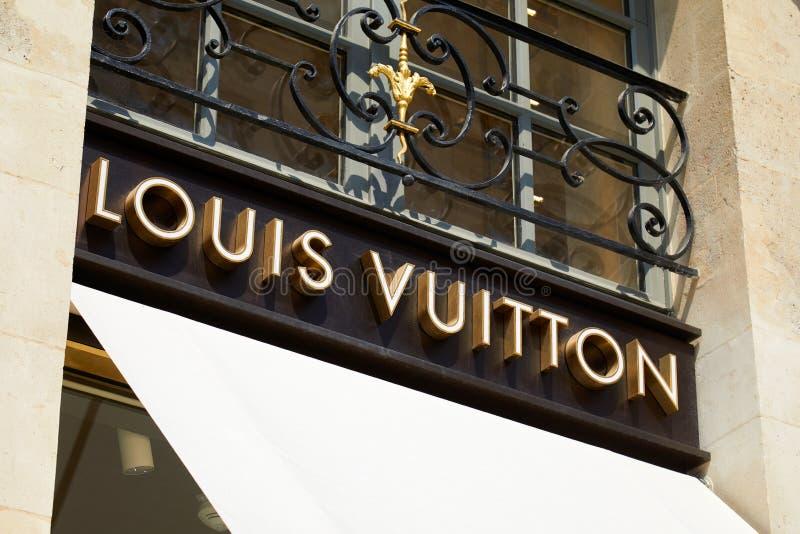 Muestra de oro Vendome en el lugar, París de Louis Vuitton en un día soleado imágenes de archivo libres de regalías