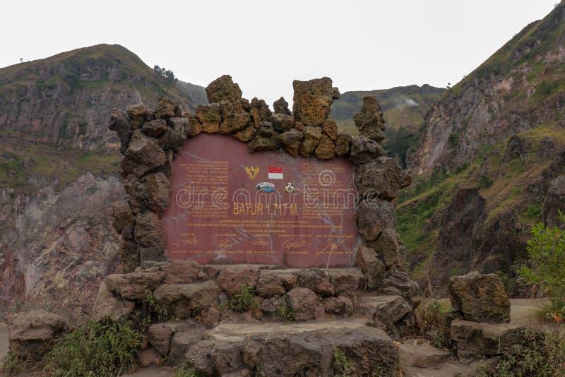 Muestra de piedra de la información en el cráter del volcán activo de Batur Vista de los bordes y de los picos que alinean el crá imágenes de archivo libres de regalías