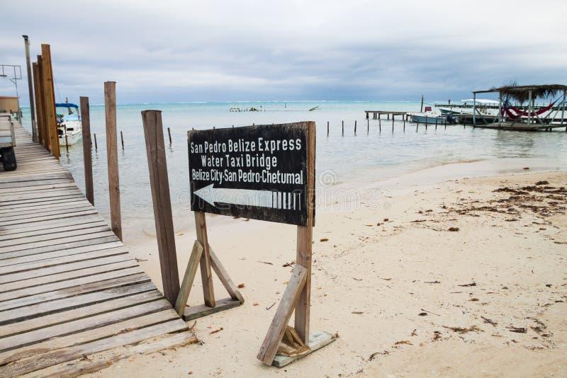 Muestra de San Pedro Belize Express Sea Taxi en Sandy Shore fotografía de archivo libre de regalías