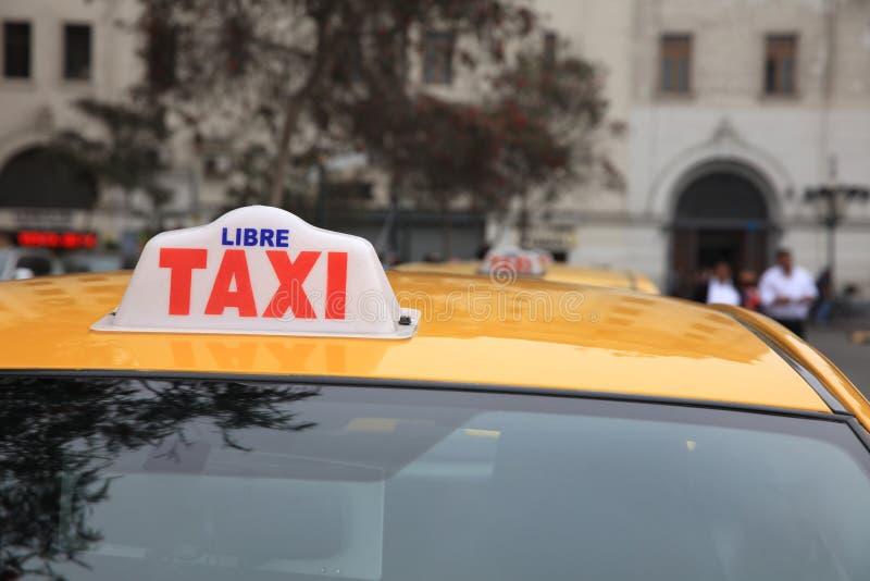 Muestra de un taxi peruano en fila en Lima imagenes de archivo