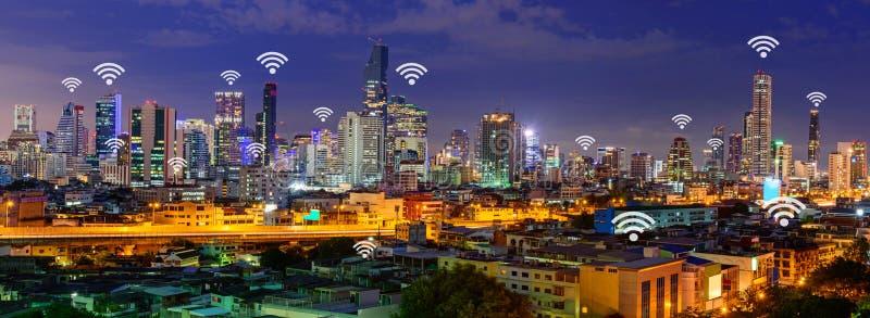 Muestra de Wifi y alto edificio en la opinión de la ciudad del panorama imagenes de archivo