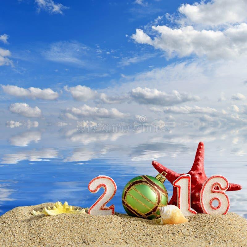 Muestra del Año Nuevo 2016 en una arena de la playa fotos de archivo libres de regalías
