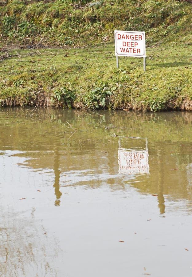 'Muestra del agua profunda del peligro' imagen de archivo libre de regalías