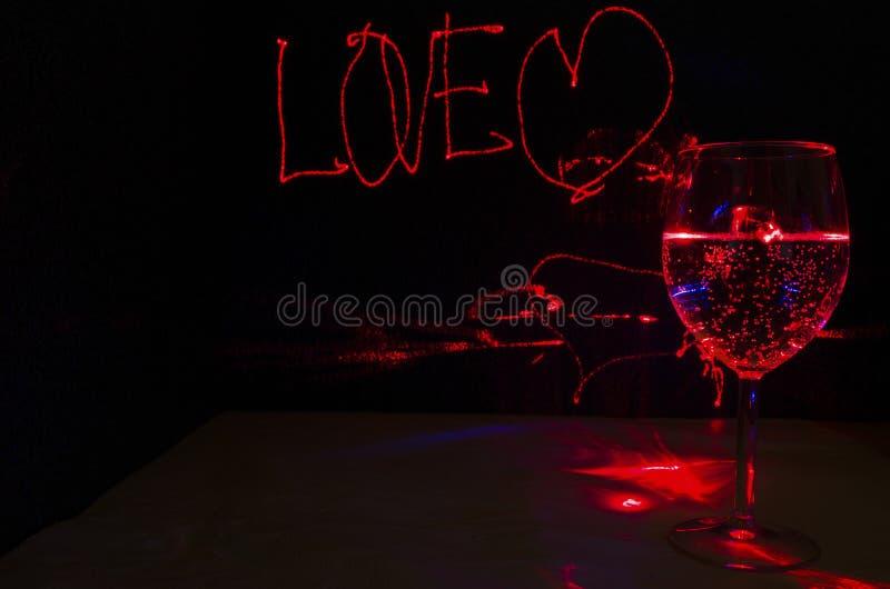 Muestra del amor para el fondo con el vaso de la bebida de la burbuja para el partido y la celebración de día de San Valentín con imagen de archivo libre de regalías
