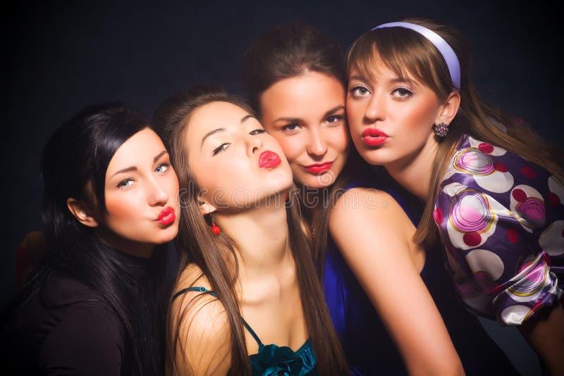 Muestra del beso de la demostración de cuatro mujeres fotos de archivo libres de regalías