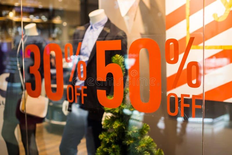 Muestra del boutique y de la venta Exhibición de la ventana de la tienda en los posts sobre ventas aviso de un descuento del cinc imágenes de archivo libres de regalías