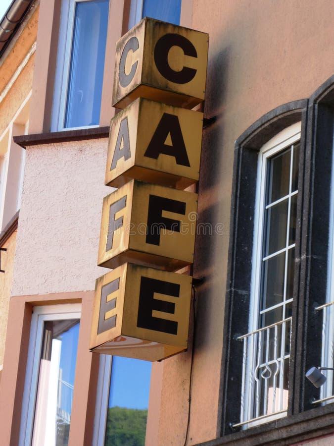 Muestra del café del vintage en un edificio imágenes de archivo libres de regalías