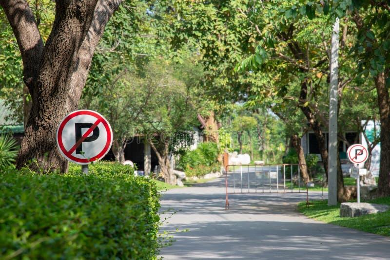 Muestra del estacionamiento prohibido con el parque nacional en fondo fotos de archivo