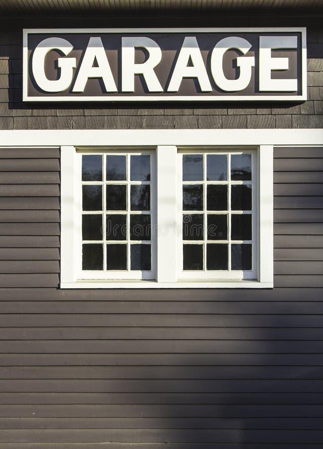 Muestra del garage en la pared de madera fotografía de archivo
