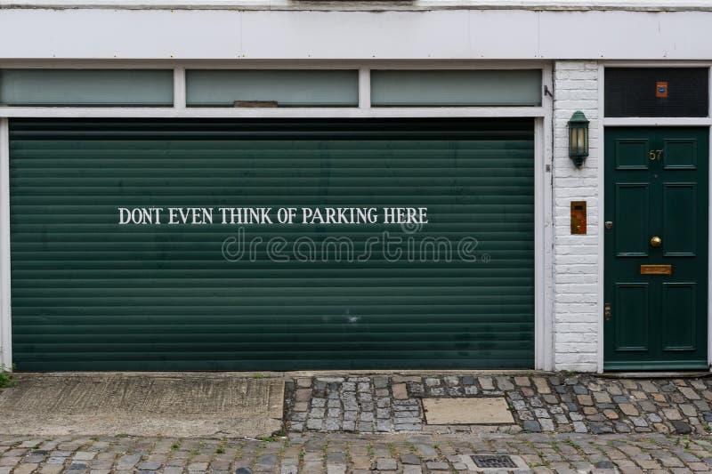 Muestra del garage que prohíbe el estacionamiento imagen de archivo