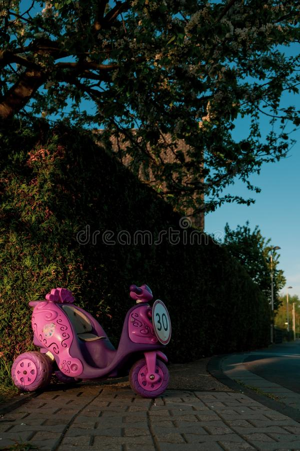 Muestra del límite de velocidad de 30 bajo la forma de paseo de los niños rosados en el vehículo fotos de archivo