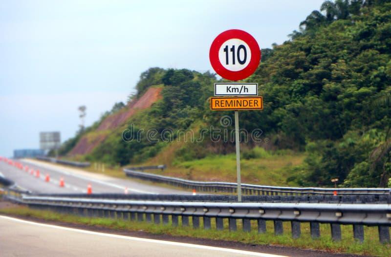 Muestra del límite de velocidad como recordatorio para el usuario de camino imágenes de archivo libres de regalías