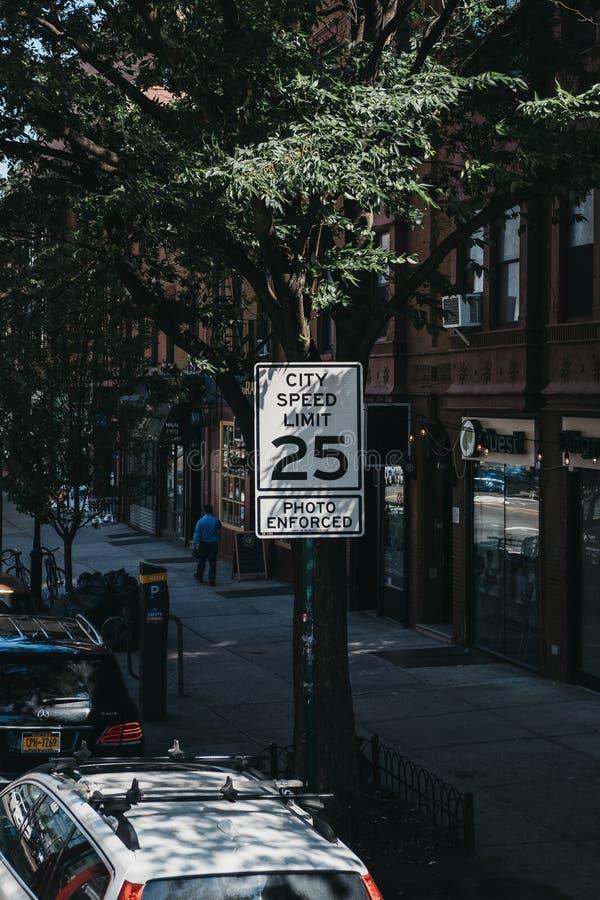Muestra del límite de velocidad en una calle en Brooklyn, Nueva York, los E.E.U.U. fotos de archivo