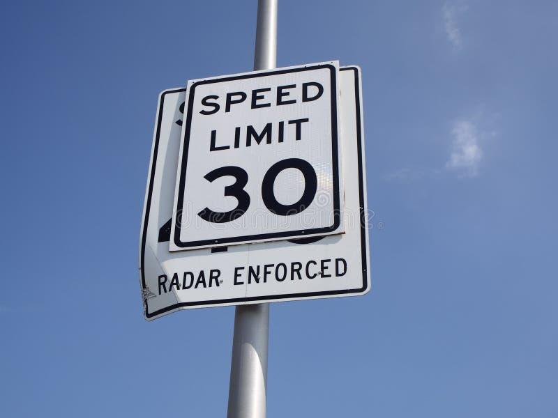 Muestra del límite y del radar de velocidad hecha cumplir fotografía de archivo libre de regalías