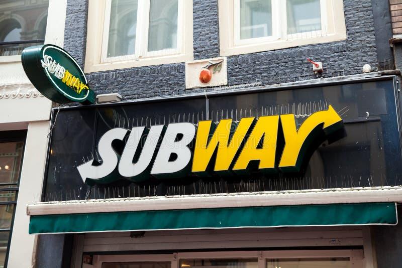 Muestra del logotipo en la pared del restaurante de la comida del subterráneo fotos de archivo