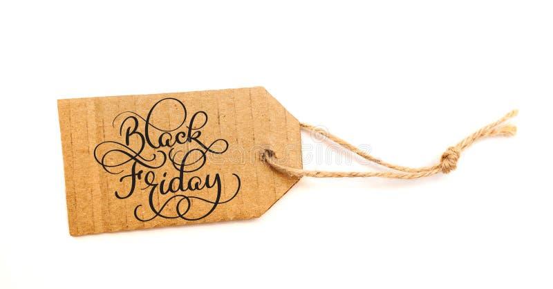 Muestra del mensaje de la venta de Black Friday en etiqueta de la venta del papel marrón en el fondo blanco foto de archivo