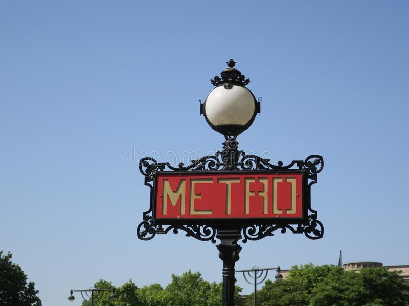 Muestra del metro o del subterráneo con la lámpara redonda en el centro de París fotos de archivo libres de regalías