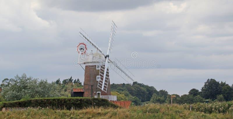 Muestra del molino de viento y del sendero de Cley fotografía de archivo