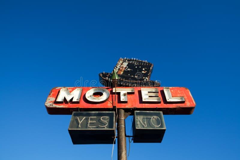 Muestra del motel contra el cielo azul fotografía de archivo