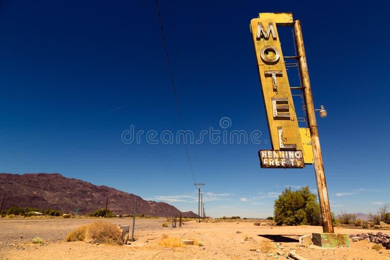 Muestra del motel en Route 66 en tierra americana del desierto foto de archivo libre de regalías