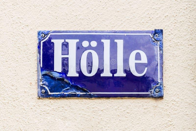 Muestra del nombre de la calle con el nombre Hoelle, que ist la palabra alemana para el infierno, Bamberg, Alemania fotos de archivo libres de regalías