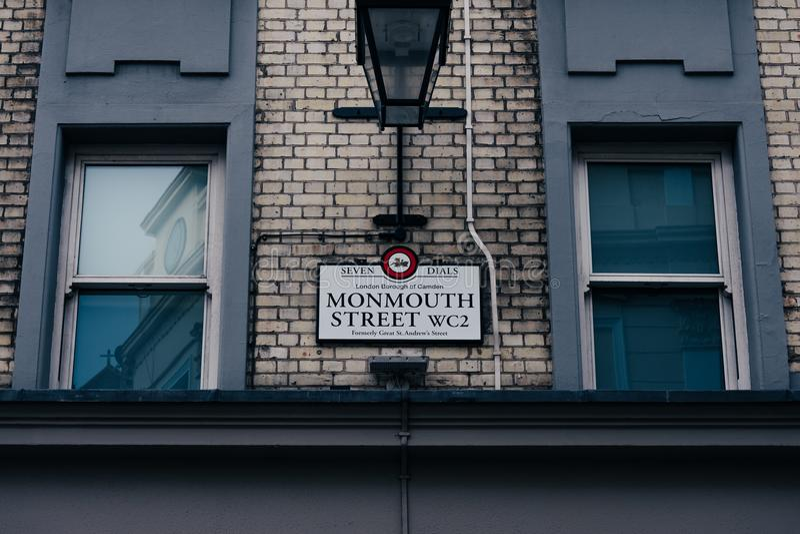 Muestra del nombre de la calle de Monmouth en un edificio de la pared de ladrillo en el jardín de Covent, Londres, Reino Unido fotos de archivo libres de regalías