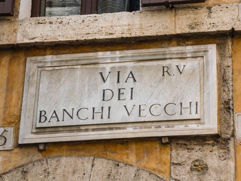 Muestra del nombre de la calle vía del dei Banchi Vecchi en Roma, Italia fotografía de archivo libre de regalías