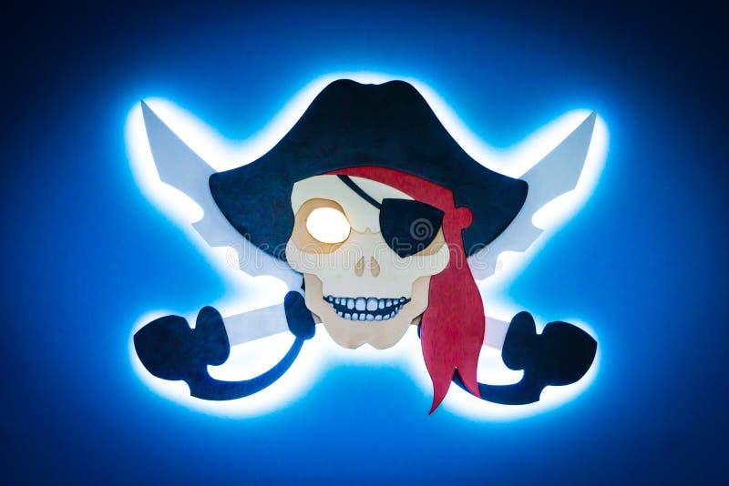 Muestra del pirata de la foto con las luces de neón en la pared azul ilustración del vector