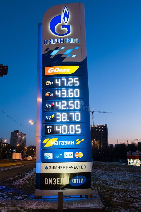 Muestra del precio de combustible delante de la gasolinera del ` del neft de Gasprom del ` moscú Rusia foto de archivo libre de regalías