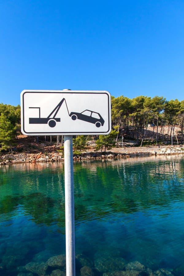 Muestra del remolque del coche por el mar Placa de calle de un coche que es quitado en el color blanco Ninguna señal de peligro d fotos de archivo libres de regalías