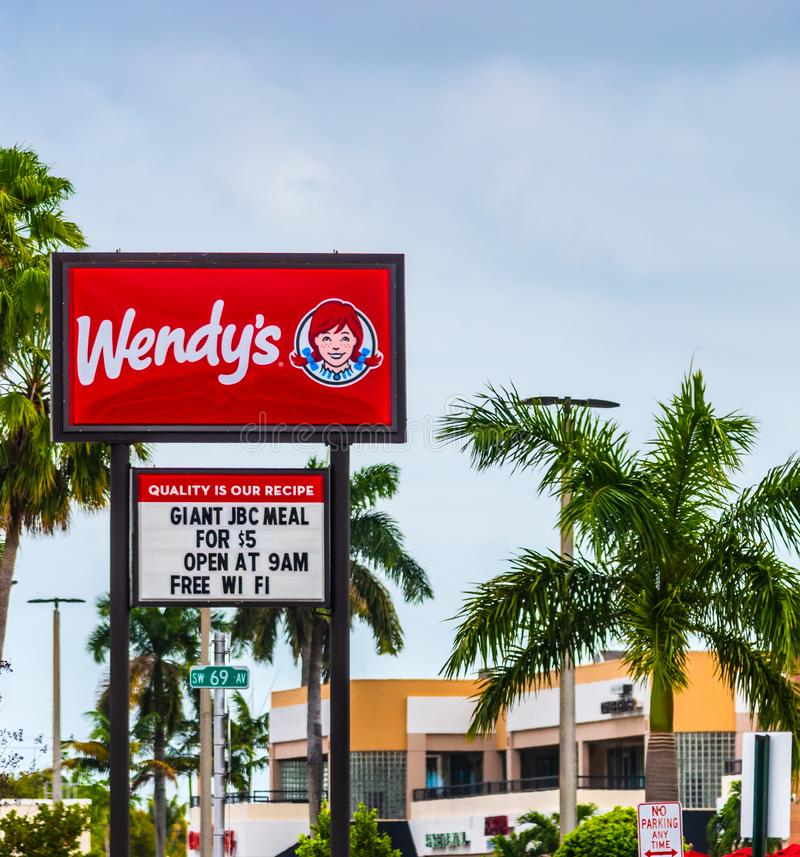 Muestra del restaurante de Wendy en un d?a nublado imágenes de archivo libres de regalías