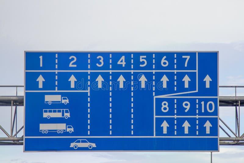 Muestra del símbolo blanco de la pista del coche con el fondo azul fotos de archivo libres de regalías