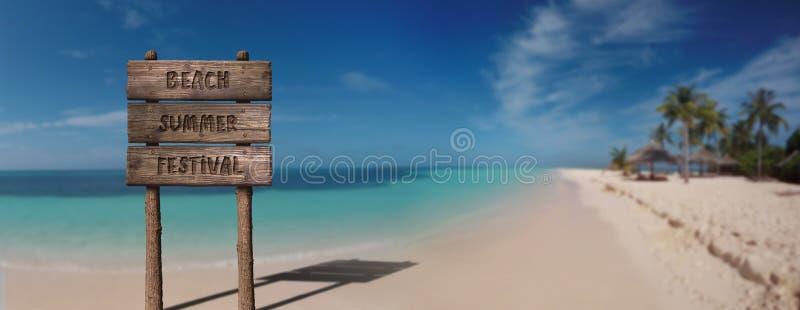Muestra del tablero de madera del verano con el texto, festival del verano de la playa en Sandy Beach Tropical Island hermoso fotos de archivo libres de regalías