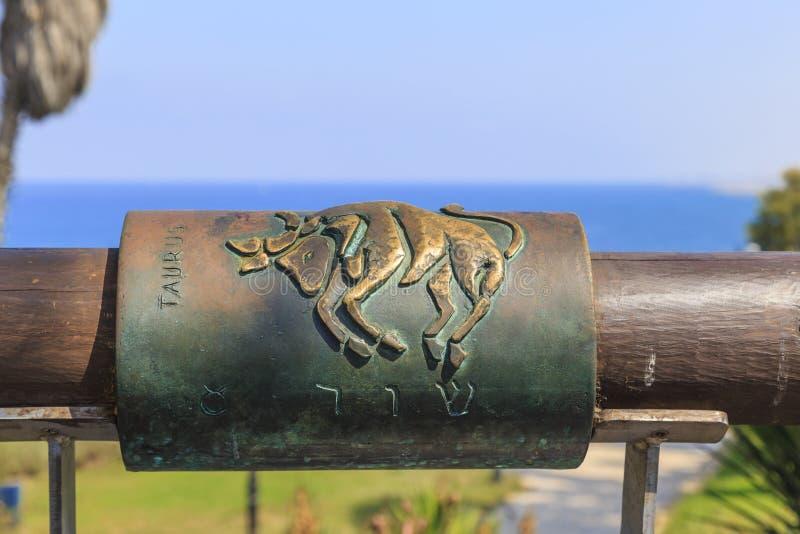Muestra del tauro del zodiaco en el puente de los deseos, Jaffa, Israel fotos de archivo