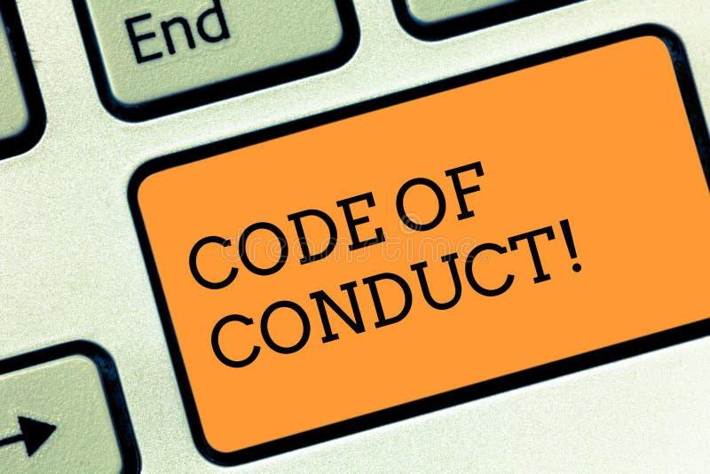 Muestra del texto que muestra código de conducta La foto conceptual sigue principios y los estándares para la llave de teclado de foto de archivo