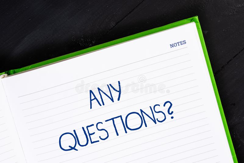 Muestra del texto que muestra cualquier pregunta de las preguntas Foto conceptual que usted dice escribir orden para pedir la dem foto de archivo libre de regalías