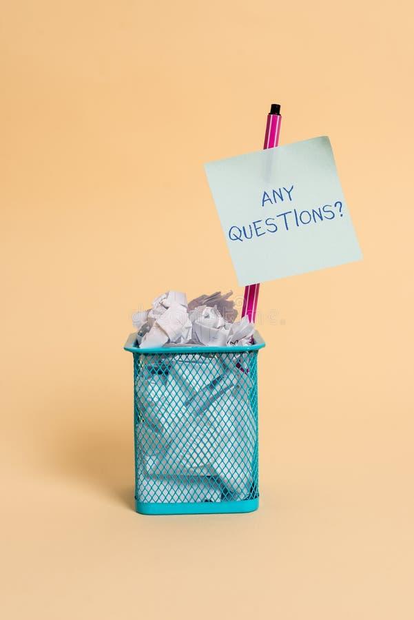 Muestra del texto que muestra cualquier pregunta de las preguntas Foto conceptual que usted dice escribir orden para pedir la dem imagen de archivo libre de regalías