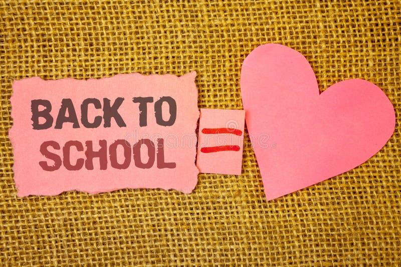 Muestra del texto que muestra de nuevo a escuela Vuelta conceptual de la foto al primer día de la clase de equ rasgado rosado de  imágenes de archivo libres de regalías