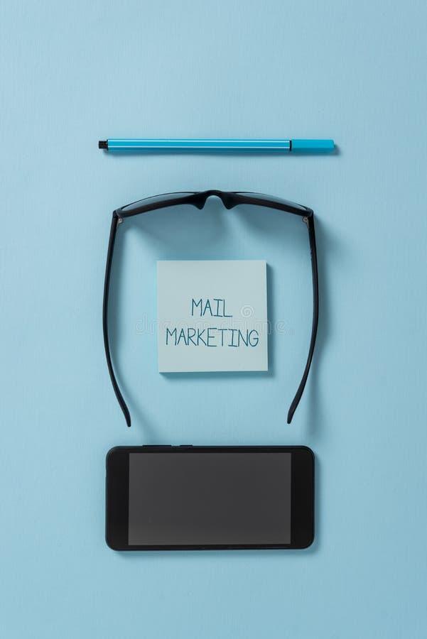 Muestra del texto que muestra el m?rketing de correo El acto conceptual de la foto del envío los mensajes comerciales difundió se foto de archivo libre de regalías